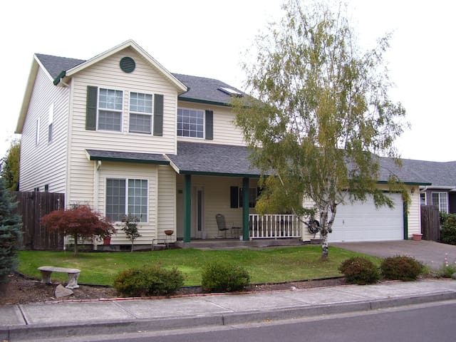 Large 2 story home. - Keizer