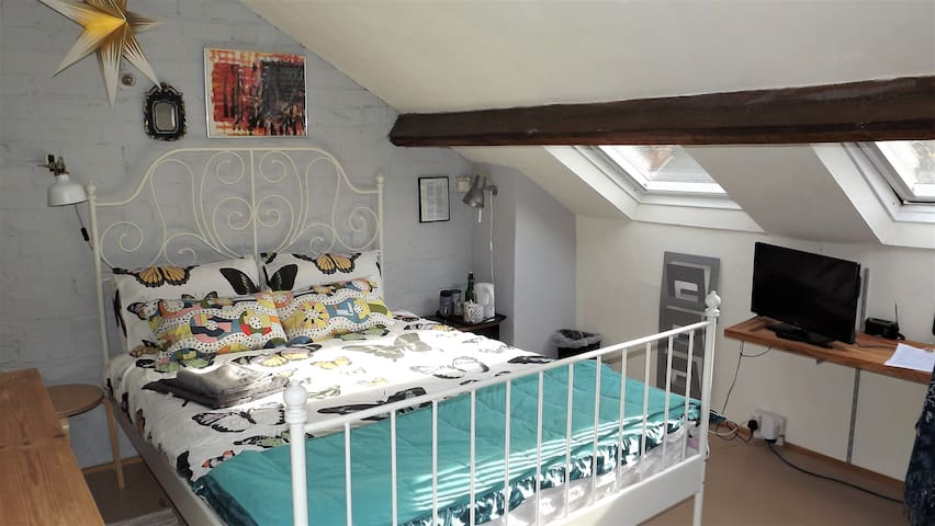 (Women Only) Large Airy Attic in Creative Home