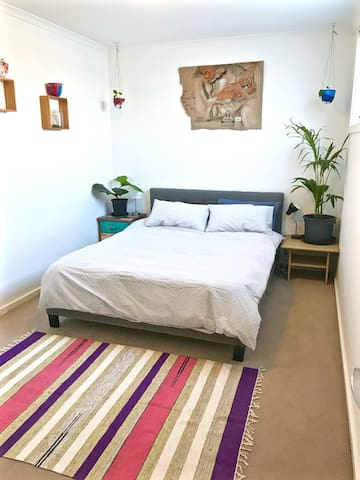 Sunny modern room 15mins from Tullamarine airport