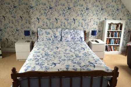 Beautiful large room (20'x20') in idyllic village - Abbotts Ann - B&B