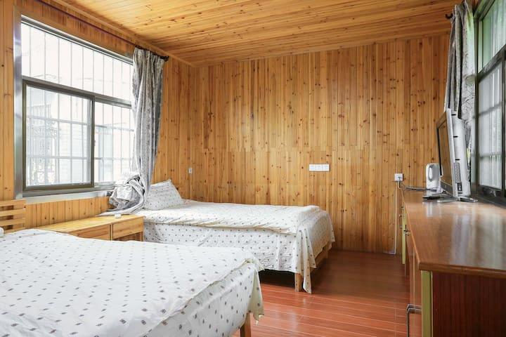 15亩的庄园位于齐成村,联排的别墅木屋修养身心,可以会务,度假,垂钓,休息的目的地