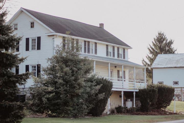 Camargo Inn: Near Sight n Sound, Farmhouse getaway