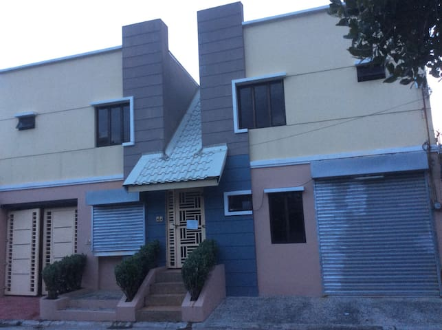 Entire house with 2 bedrooms,garage - San Fernando - House