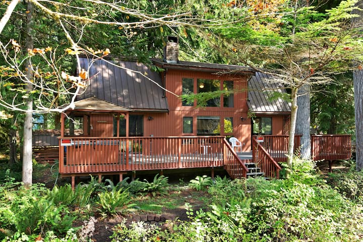 Riverfront mountain cabin w/ private hot tub & wonderful views - Dogs ok!