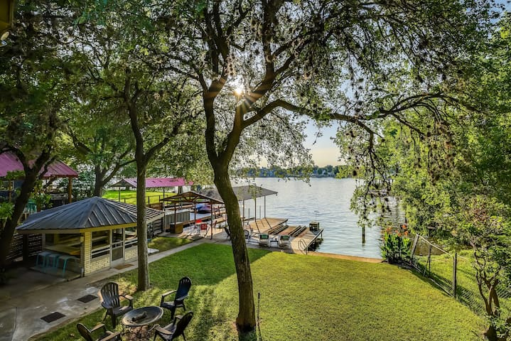 Large Family Home w Dock, Grills,Cabana, Game Room