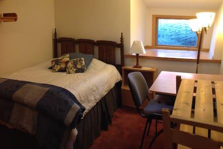Private room in passive-solar home. - Missoula - 独立屋