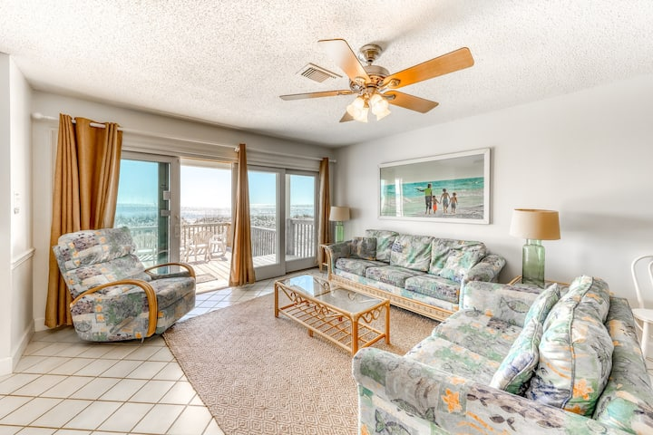 Beachfront and spacious home w/private sun decks and easy beach access
