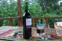 Disfrutar una copa de vino por la tarde, en un ambiente fresco y lejos del ruido urbano, no tiene precio