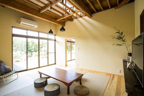 居間です。畳と座卓でくつろいでください Living room. Have a drink at a Japanese low table and Make yourself at home on the tatami mattress.