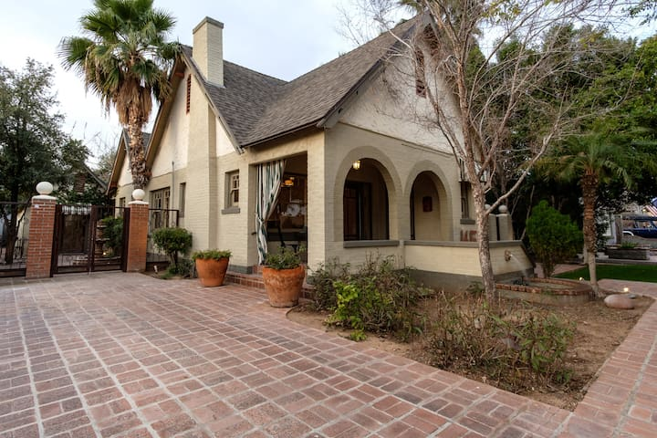 4-Bedroom Compound in Willo Historic District