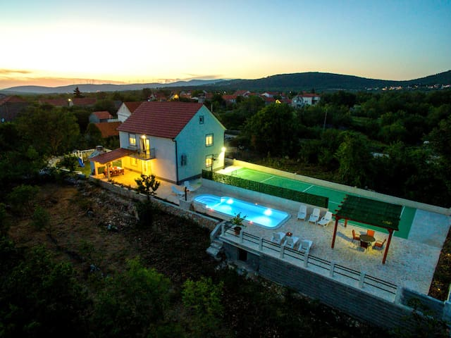 Paloma Blanca - Four Bedroom Villa with Pool