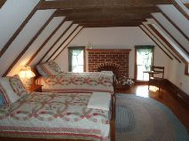 Bedroom w twin beds.