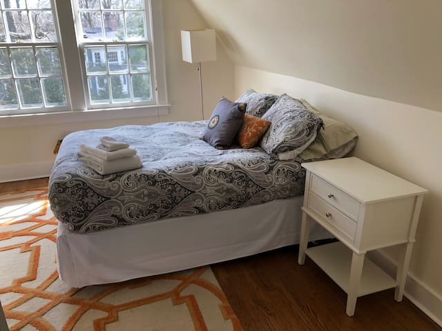GUEST BEDROOM WITH FULL SIZE BED. NEW SERTA MATTRESS. DOWN ALTERNATIVE DUVET. 4 DOWN PILLOWS.