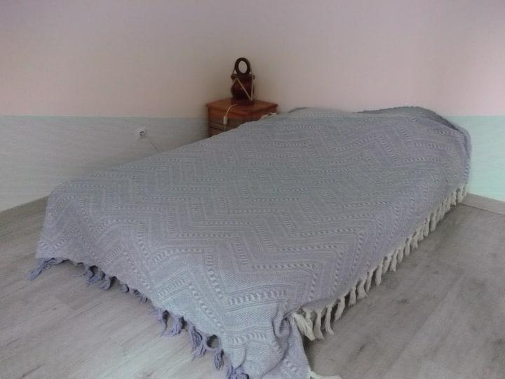 Chambre avec lit en 140 Castries
