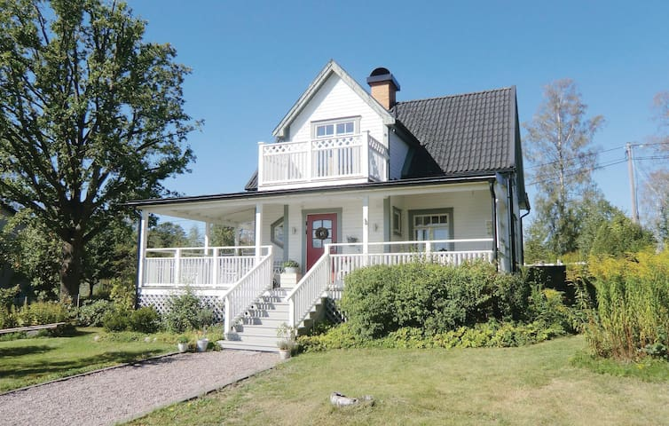 Holiday cottage with 4 bedrooms on 138 m² in Skärblacka
