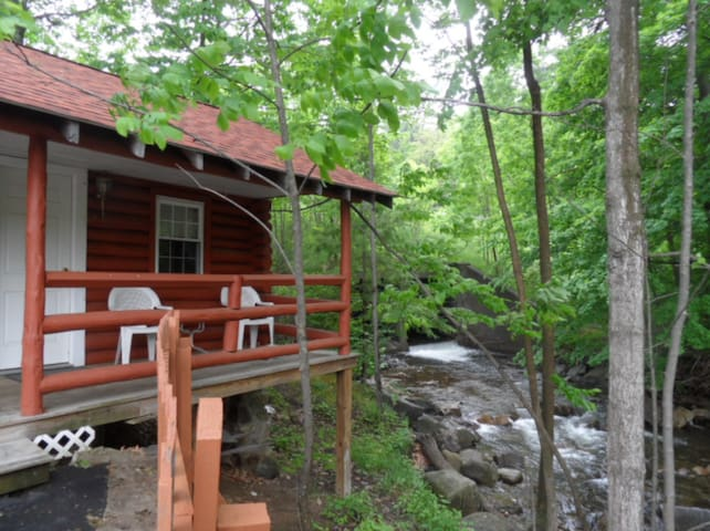 2 Bedroom Log Cabin on the brook
