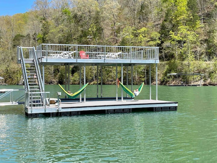 'Wake Dreams' lakefront, hot tub, private dock