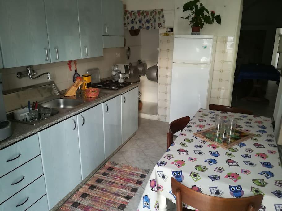 Cucina attrezzata  di stoviglie, pentolame e tovagliato. Con forno, frigorifero e macchina erogatrice per acqua fredda e frizzante