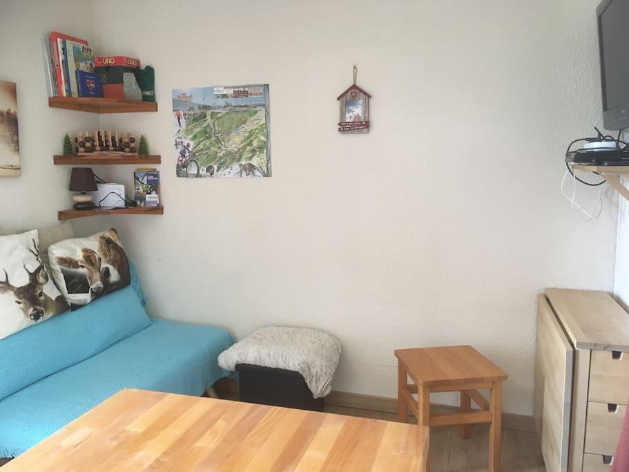À gauche le couchage d'appoint (à toujours bien protéger pour ne pas l'abîmer...) et à droite la table qui se déplie complètement pour les repas