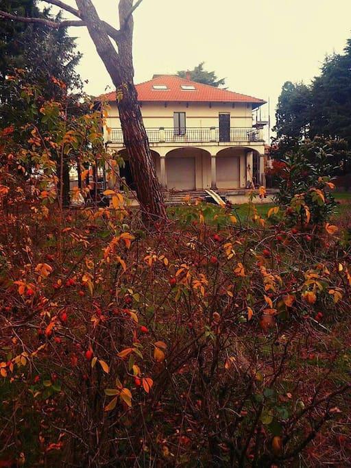 La villa è a 10 minuti a piedi dal centro e dalla stazione, immersa nel verde