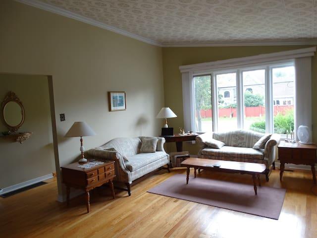 Quaint 2 Bedroom Home near Bowring Park - St. John's - Casa