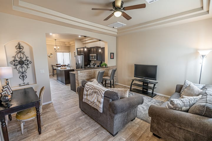 Modern 3 Bedroom Home W/ 1 King and 2 Queen Beds