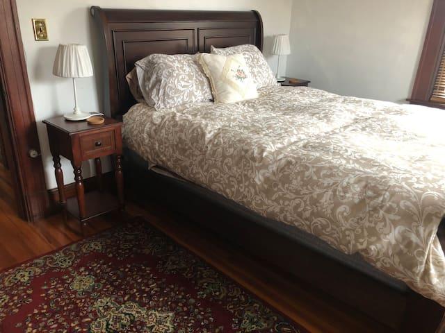 Bedroom 1:  Queen's Corner