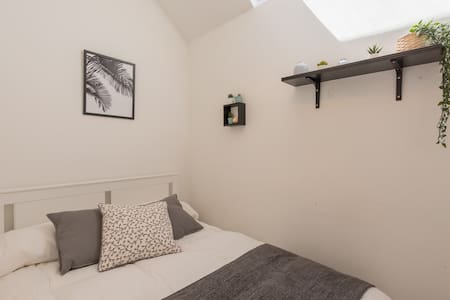 Cozy room In Old Town Edinburgh! up 4 month