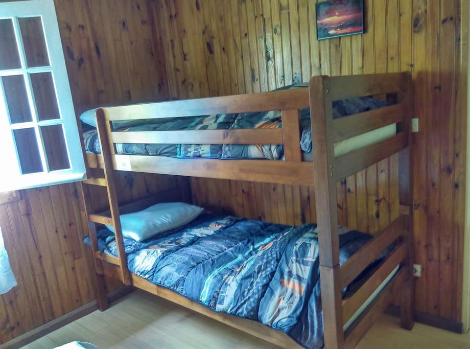 Un lit superposé pour les enfants et accompagnateurs