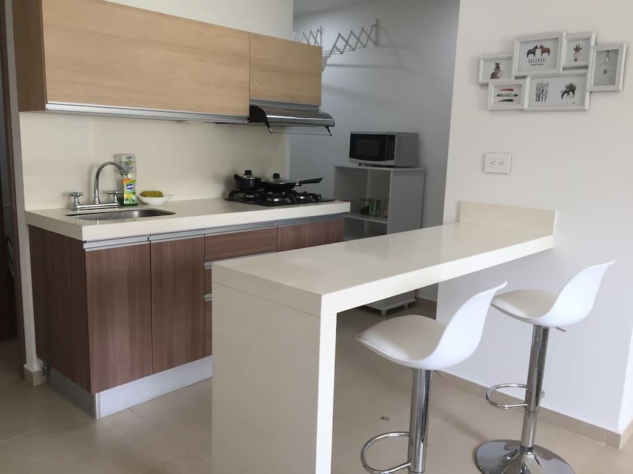 Cocina, barra y microondas