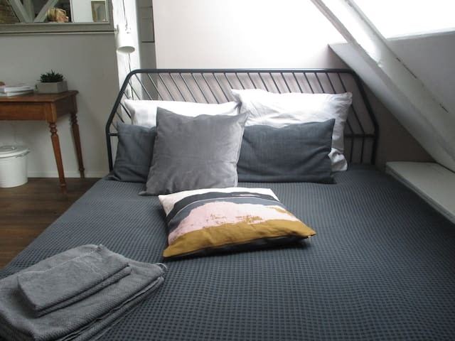 The bed is 160 cm wide and placed directly under the Berlin night sky.