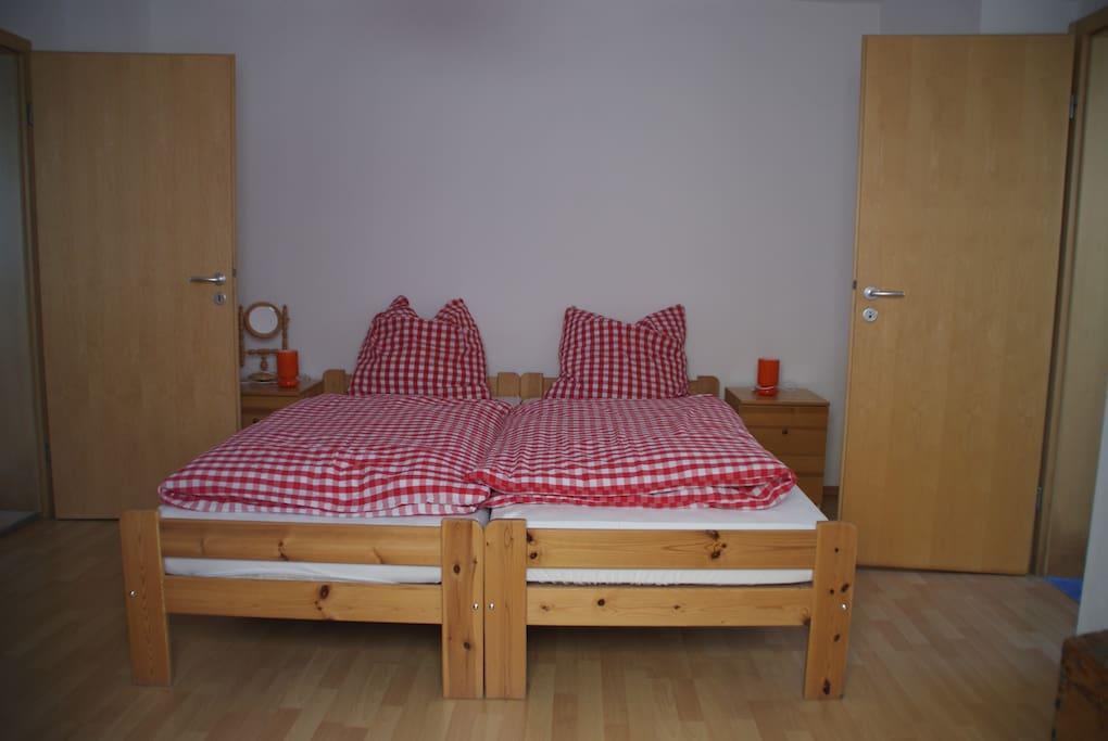 Schlafzimmer (Durchgangszimmer vom WZ ins Bad), Betten als Doppelbett aufgestellt