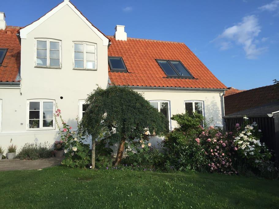 Lejligheden til højre i vores byhus set fra haven.