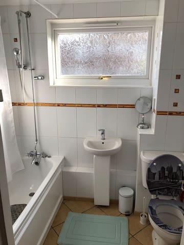 Single room 5 mins/ Barnes station 1 pers max