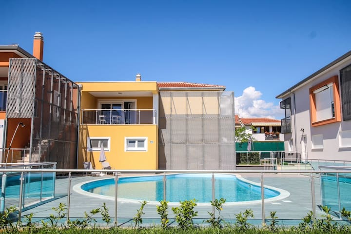 Spacious apartment with terrace and shared pool near the beach in Funtana