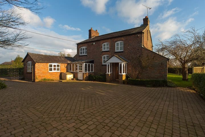 Cosy Cheshire Country Farm House - Rural Setting - Little Bollington