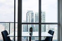 Chic, Modern condo downtown by Scotiabank Arena!