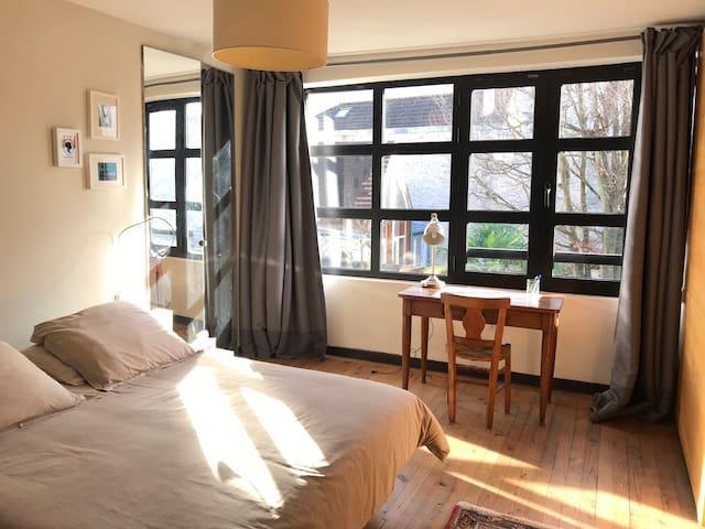 Vue chambre lit 160 vers la fenêtre