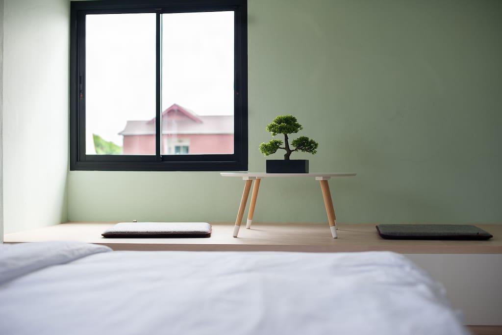 บริเวณที่นั่งพักผ่อนภายในห้องพัก