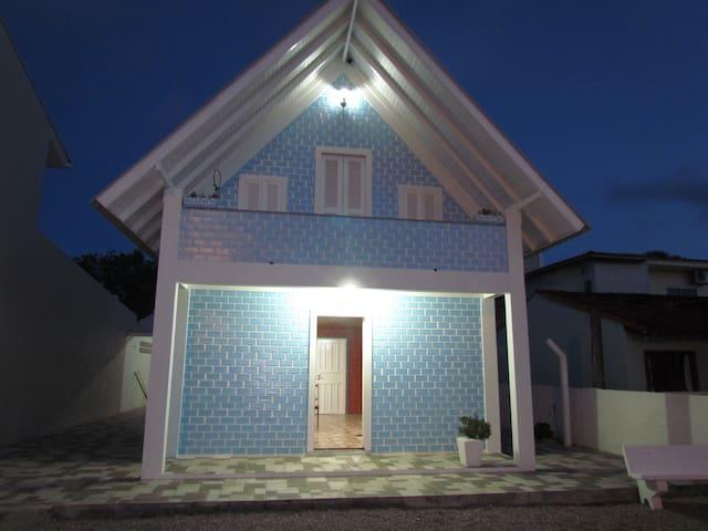 Casa Praia de Baixo, 50m da praia e 200 do centro.
