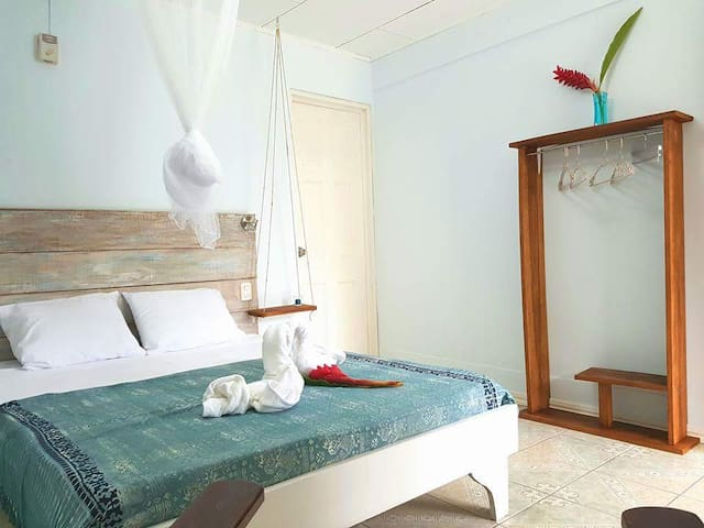 Room front to Arrecife beach! - Puerto Viejo de Talamanca - Bed & Breakfast