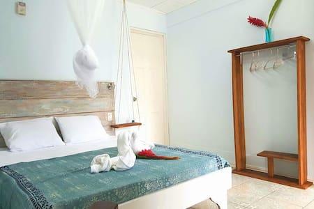 Room front to Arrecife beach! - Puerto Viejo de Talamanca - Bed & Breakfast