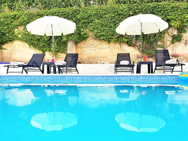 Holiday House App Grace with pool and view in Klis