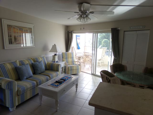 Beach Club 1 bed/1 bath Clean Condo, Walk to Beach - Marco Island - Lejlighedskompleks