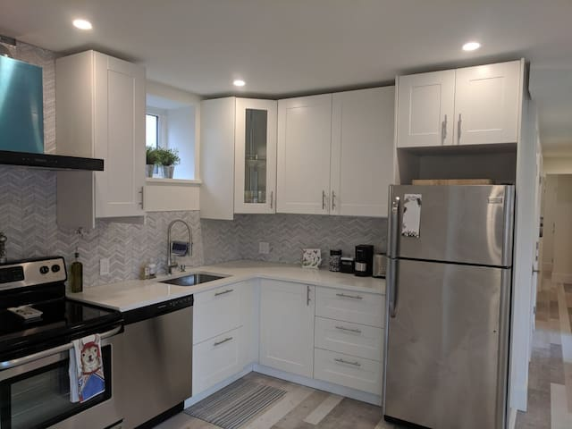 Private 2 Bedrooms - New Home & Light Breakfast