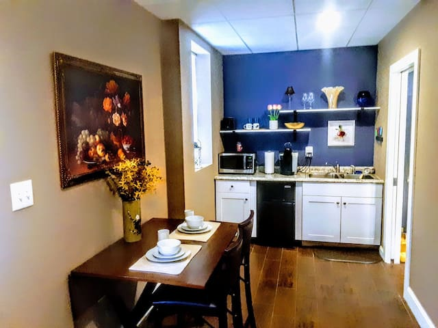 Newly Remodeled Studio Near Capitol-No Extra Fees!