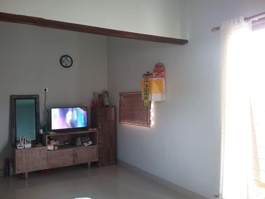 Tersedia meja, tv dan lemari. Integrated dengan ruang tidur