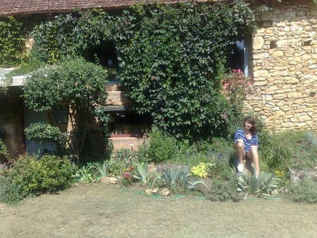 Un maison en Dordogne entourée d'arbres
