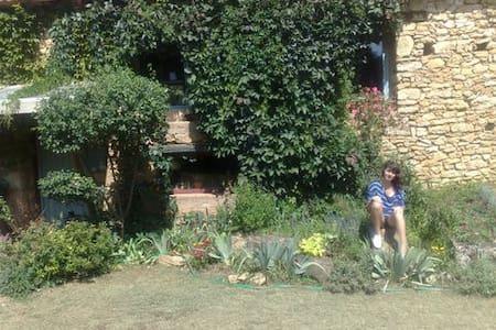 Un maison en Dordogne entourée d'arbres - Sainte-Alvère