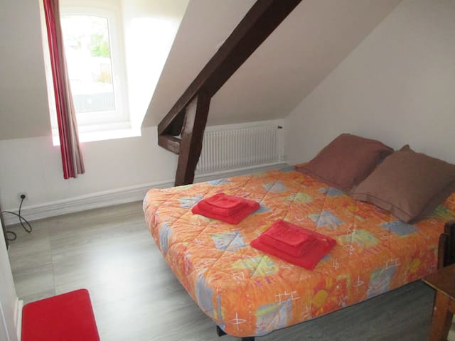 chambre n 3 grand lit television sdd - Saint-Aquilin-de-Pacy - อพาร์ทเมนท์